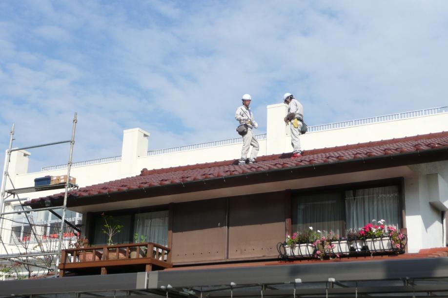 工事中。今回は瓦屋根に設置しました。まずは位置出しです