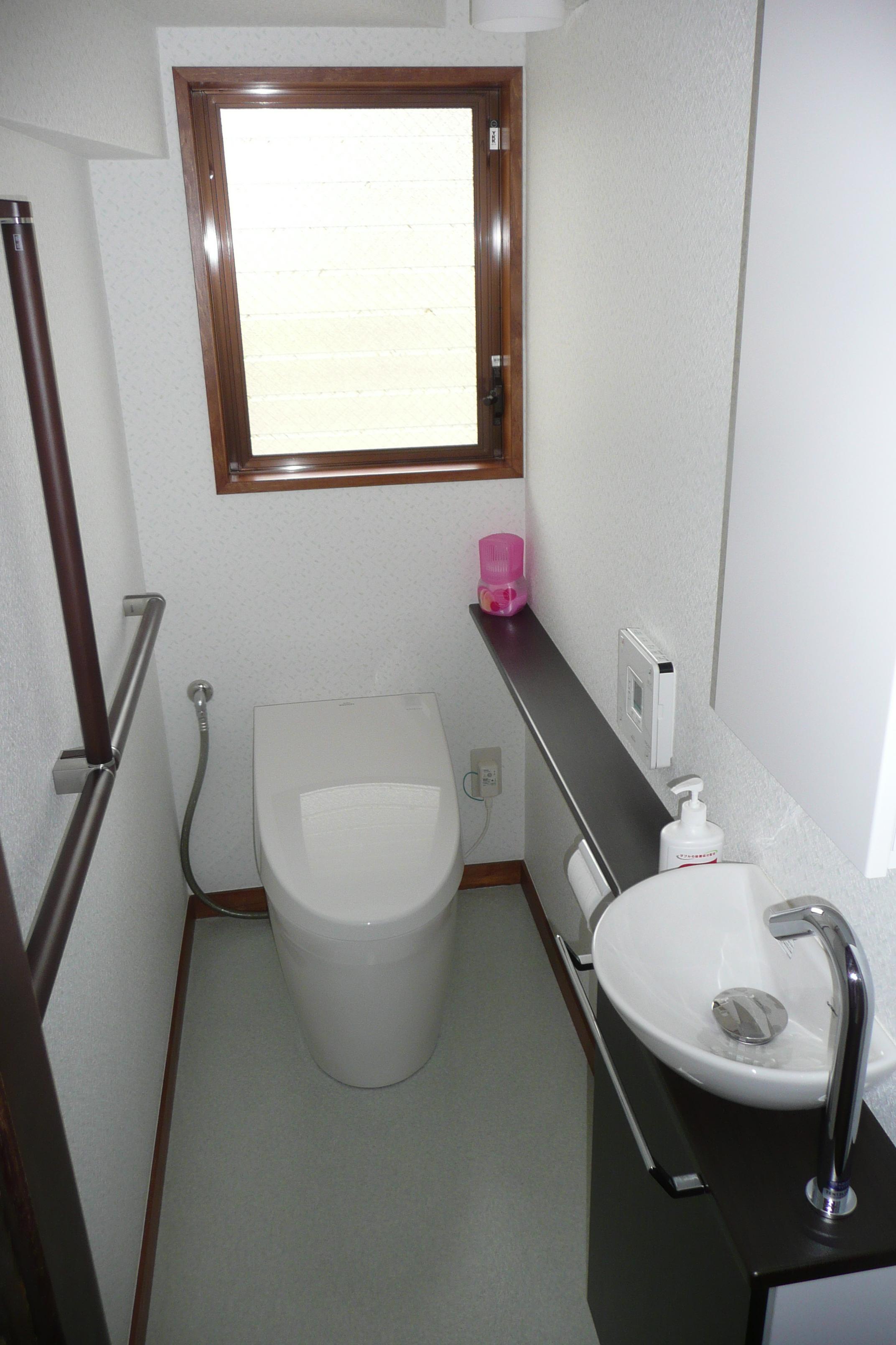 手すりをつけて安心なだけでなくスタイリッシュなトイレに変身