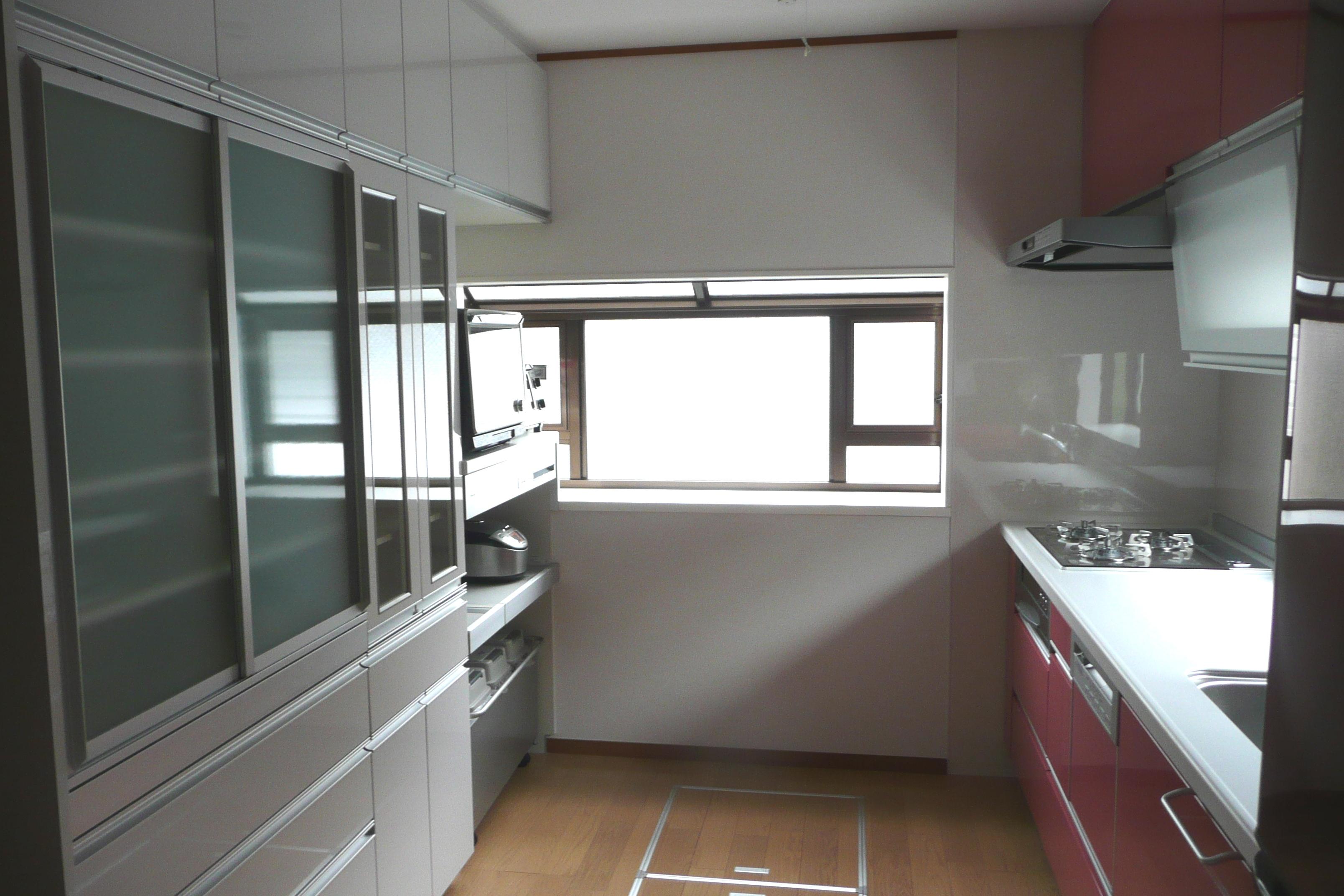 奥様お気に入りのピンク色の扉がおしゃれなキッチン。機能も収納力もバツグン