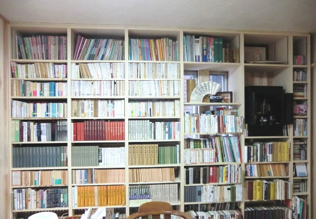 壁面に天井までの造り付け本棚を造作しスッキリ収納♪