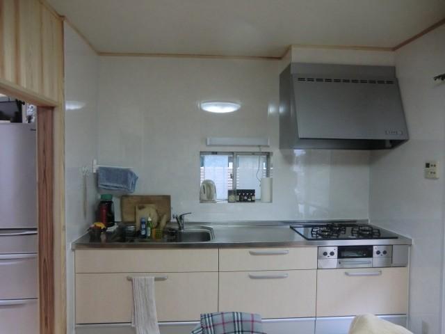 システムキッチンに取替え、冷蔵庫の位置を変えることでスペースが広くなりました