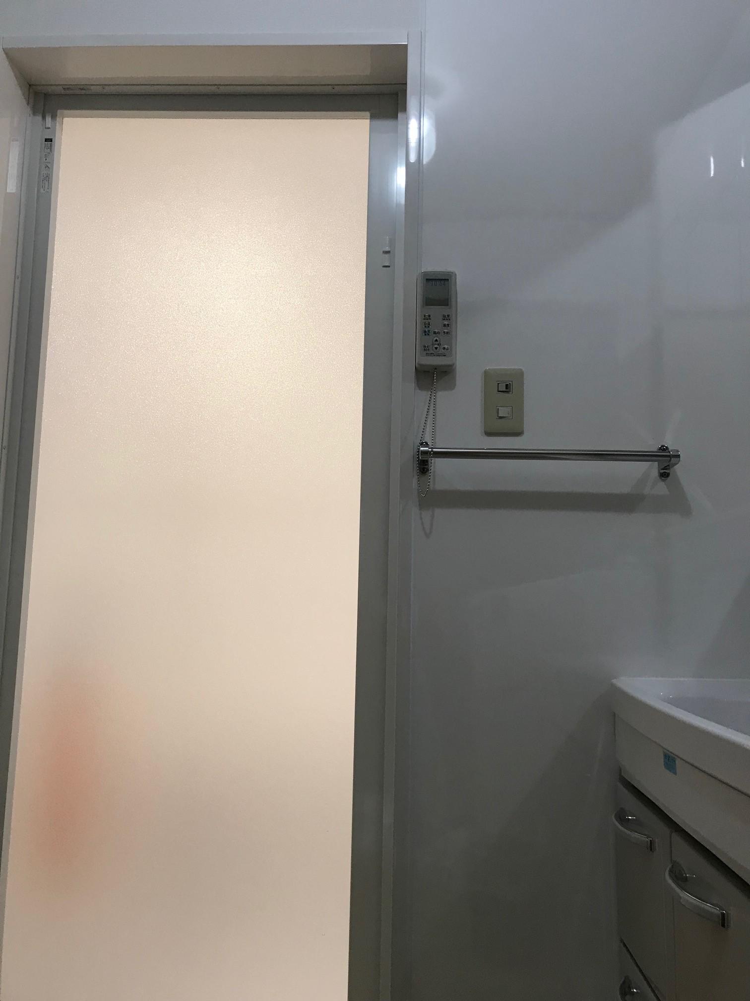 施工後 浴室ドア(洗面側はパネルにし、お掃除も簡単に♪)