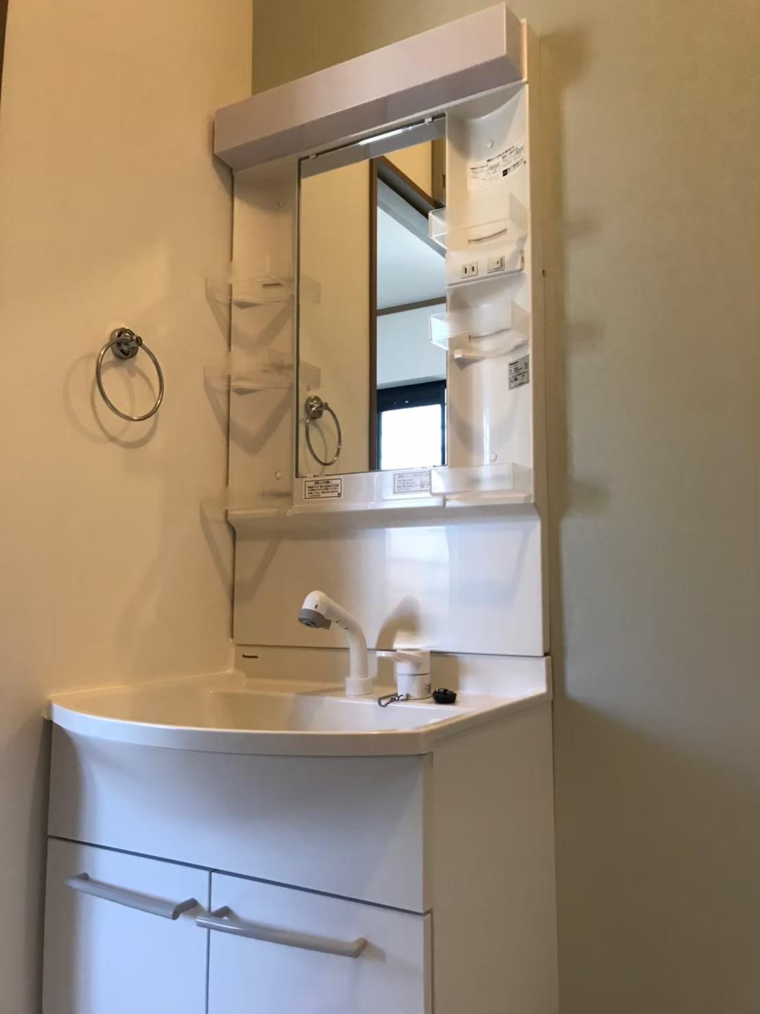 施工後 洗面化粧台(壁クロスは一面ポイントでブルーに♪)